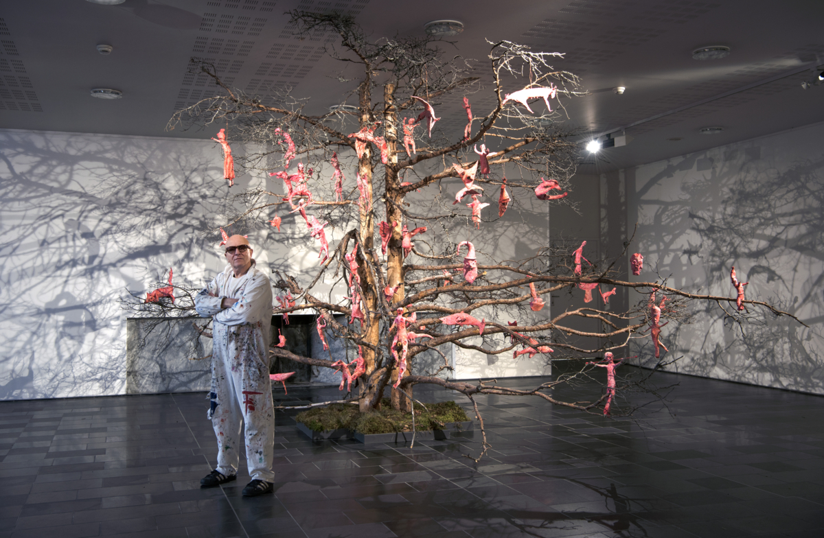 Kjell Erik Killi-Olsen in front of a dead pine with pink figures.