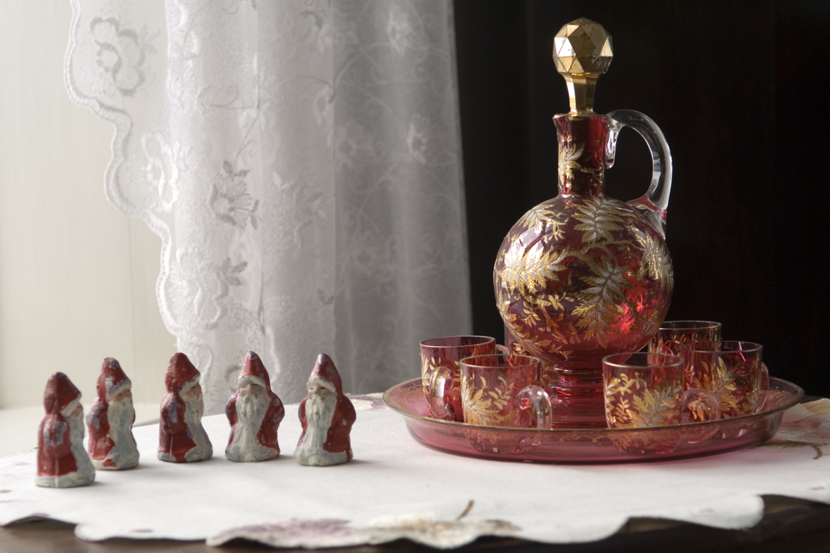 Small old decoration santas and a carafe with glasses.