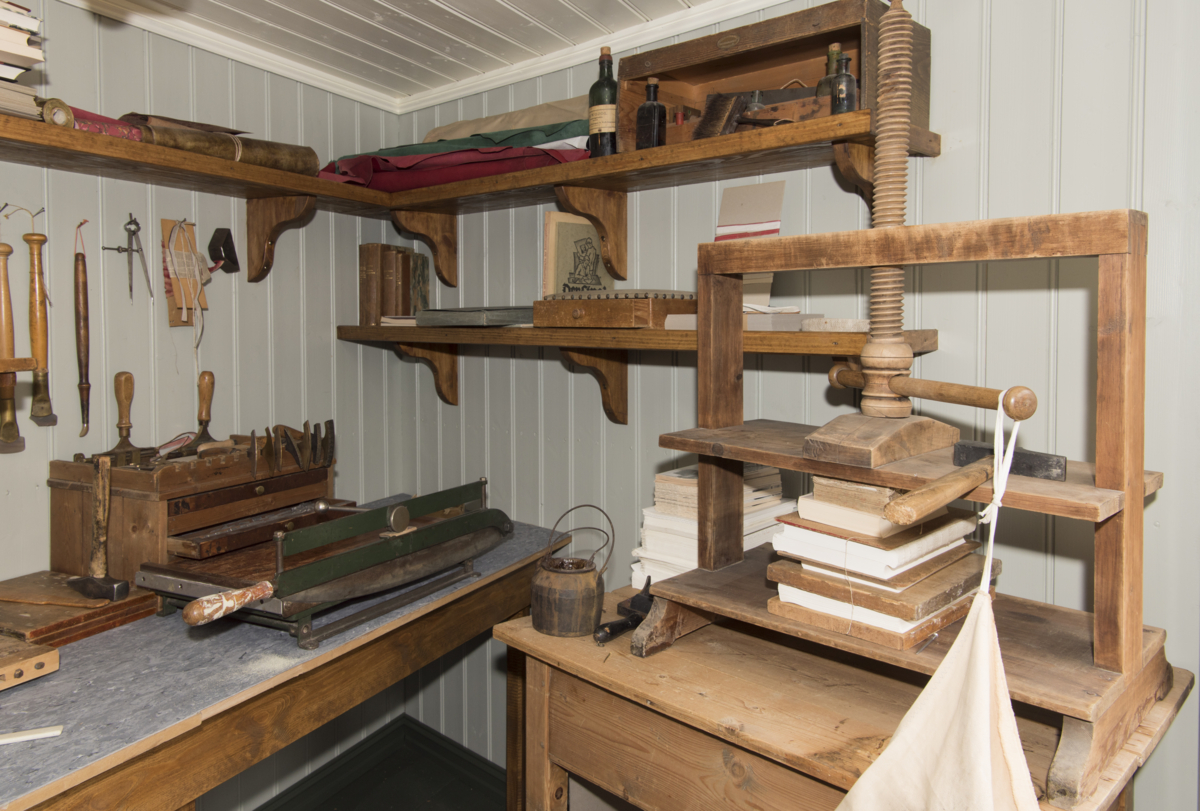Historical boodbindery with different equipment, mostly wooden.