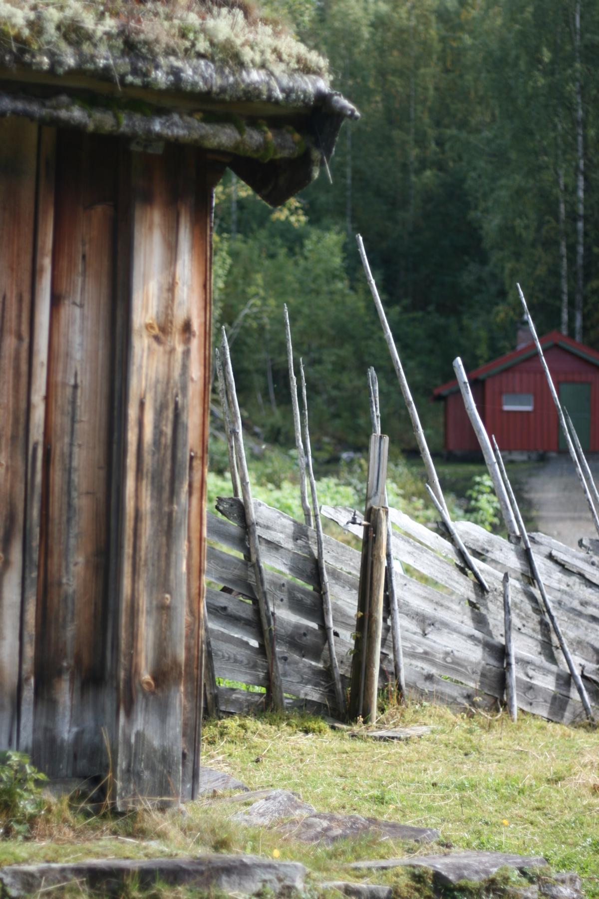 gammelt seterhus og rød hytte på friluftsmuseet Maihaugen i Lillehammer.