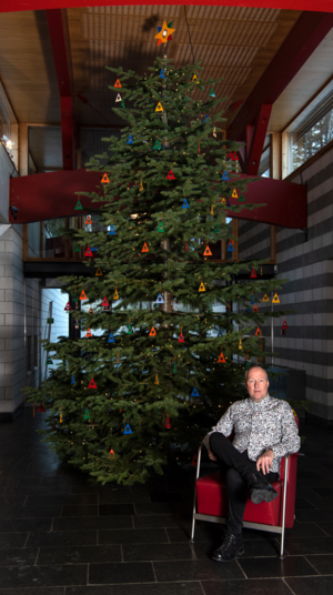 Sigrud Bronger foran Maihaugens juletre.
