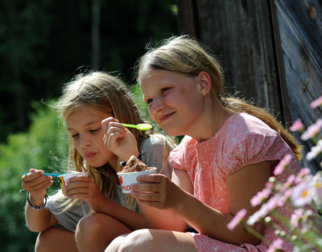 Girls eating ice cream.