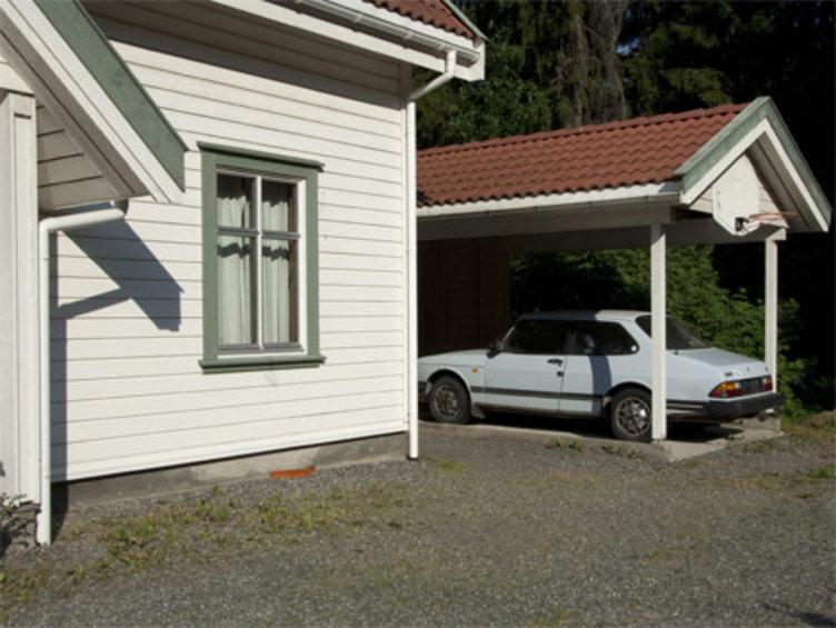 Hus med garasje og bil i garasjen. Fra Boligfeltet på Maiahugen i Lillehammer.