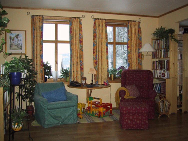 Bilde av to stoler i en stue som illustrerer et tidstypisk interiør fra 90-tallet. Fra Boligfeltet på Maihaugen i Lillehammer.