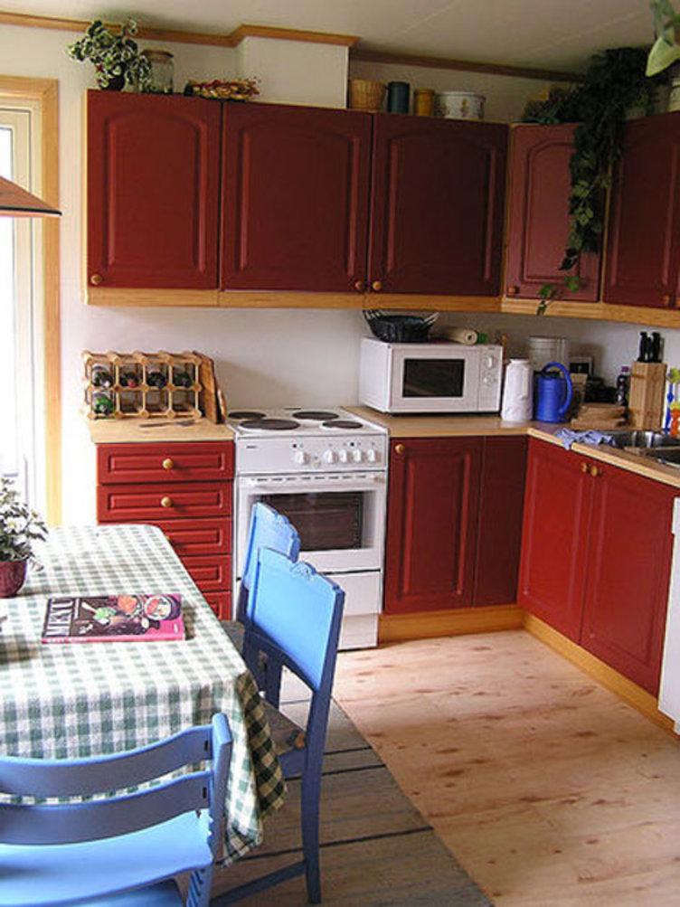 Kjøkkenbenk og kjøkkenbord, tidstypisk for 90-tallet. Fra Boligfeltet på Maihaugen, Lillehammer.