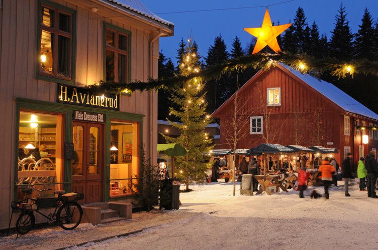 Julestemning i gågate på friluftsmuseet Maihaugen på Lillehammer.