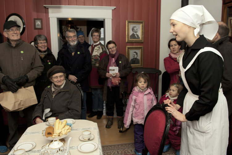 Folk på besøk i Hage på Maihaugen, Lillehammer.