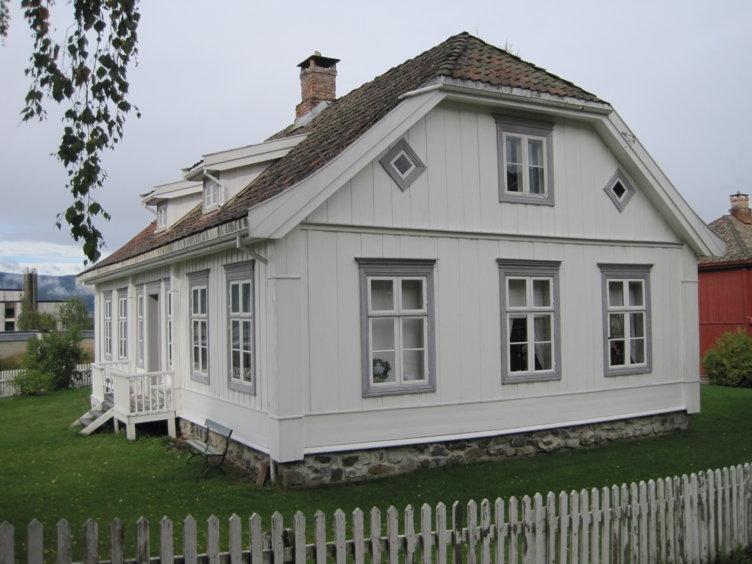 Eksteriør fra huset Hage på Maihaugen på Lillehammer. Huset er bygget i empirestil.