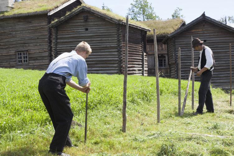 Gårdsarbeid på Bjørnstad blir gjort på gamlemåten.