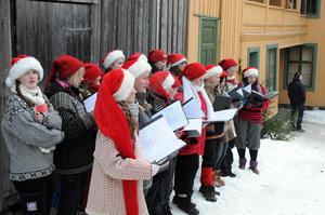 Julekor som synger julesanger under julemarkedet på Maihaugen, Lillehammer