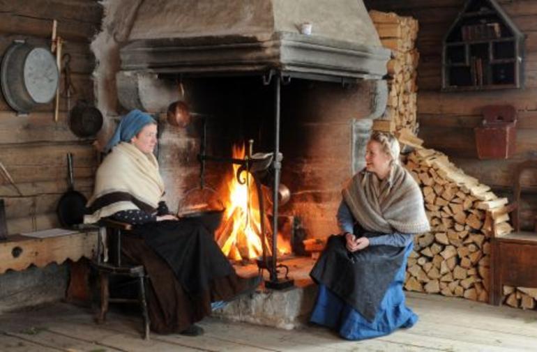 Women by the open fireplace at Øygarden at Maihaugen, Lillehammer