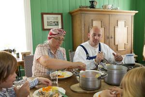 Den tidstypiske familien Olsen spiser middag i Olsengården på Maihaugen, Lillehammer.